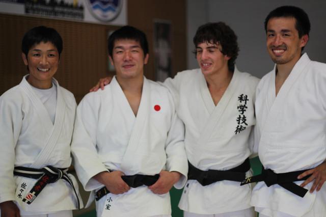 左から佐々木光先輩、ジャニー、林君